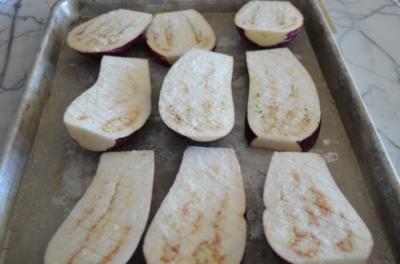 Подготавливаем баклажаны