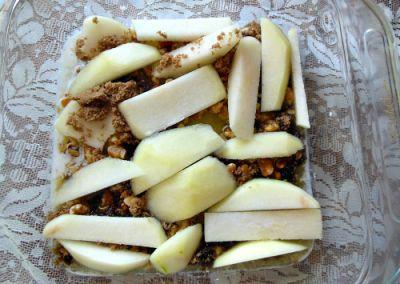 Выкладываем на дно орехи и груши