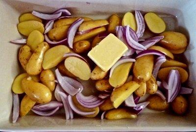 Нарезаем овощи в форму для запекания