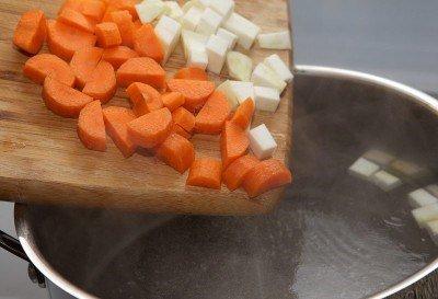 Выкладываем в кастрюлю морковь и сельдерей