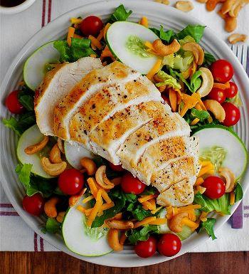 Легкий салат с курицей готов