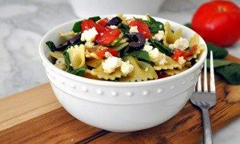 Легкий салат из пасты готов