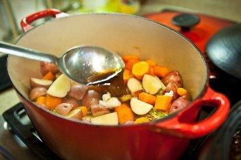 Наливаем бульон и тушим овощи