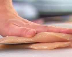 Разрезаем грудку пополам
