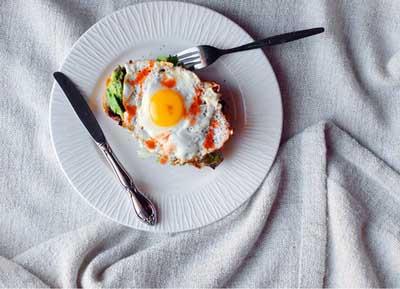 Бутерброд с яйцом и авокадо