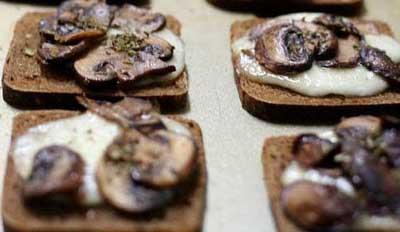Горячие бутерброды с сыром и грибами готовы
