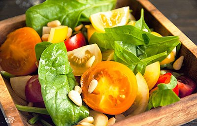 Салат для палео диеты с помидорами и шпинатом