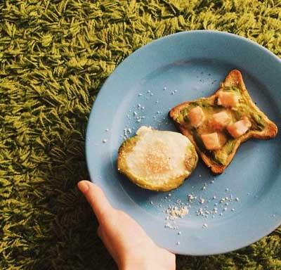 Горячий бутерброд с авокадо и семгой