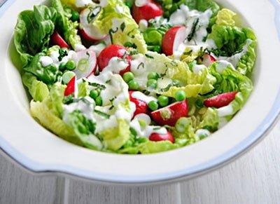 Салат из редиса и зеленого горошка готов