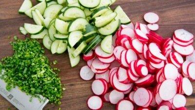 Порезать овощи и зелень