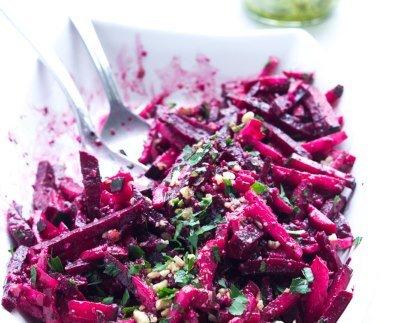 Салат из редиски с огурцом и свеклой готов