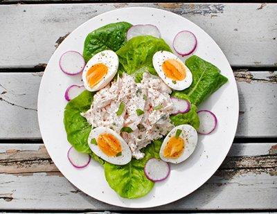 Салат из редиски, яйца и кусочков курицы