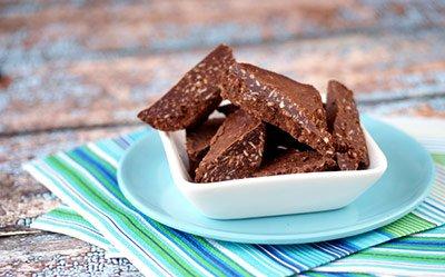 Шоколад их кэроба с кокосовой стружкой