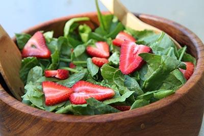 Летний салат с клубникой и шпинатом
