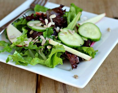 Летний салат с листьями салата, яблоком и огурцом