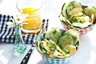 Летний салат из яблока и огурца