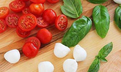 Нарезаем ингредиенты для салата