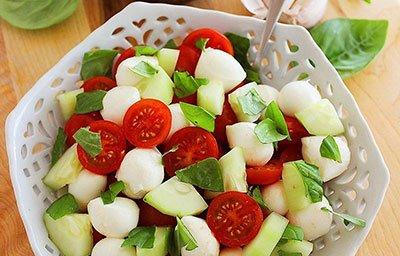 Диетический салат с авокадо готов
