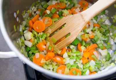 Обжариваем лук, чеснок, морковь и сельдерей