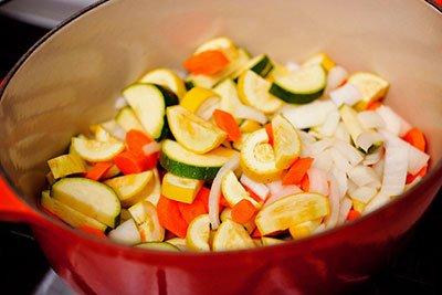 Выкладываем все овощи в кастрюлю для рагу
