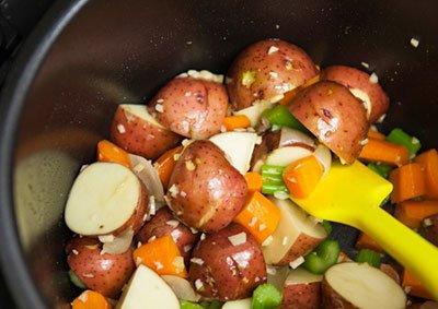 Обжариваем слегка овощи для рагу