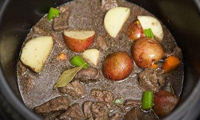 Оставляем рагу с мясом томиться на 40 минут