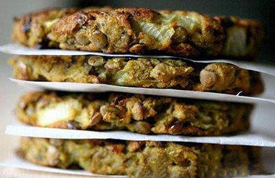 Котлеты из чечевицы в духовке готовы