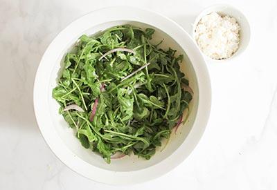 Смешиваем рукколу и овощи