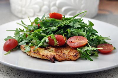 Салат с куриной грудкой готов