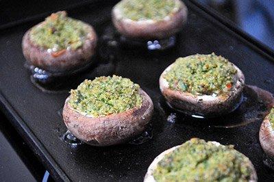 Наполнить грибы начинкой