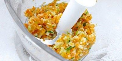 Нарезаем мелко лук, морковь, чеснок