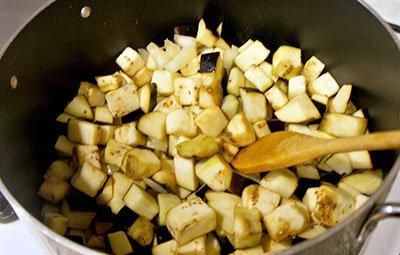 Тушим баклажаны для овощного рагу
