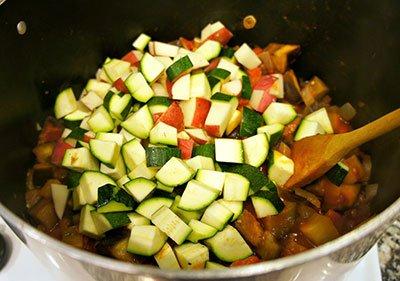 Выкладываем остальные овощи