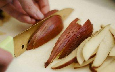 Нарезаем грушу для украшения