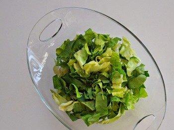 Выкладываем салат в миску