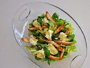 Легкий салат Цезарь готов