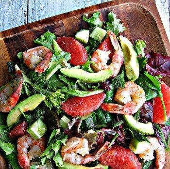 Легкий салат с креветками готов