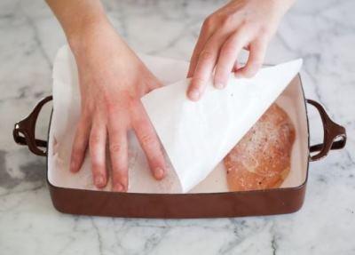 Выкладываем грудку на противень или форму