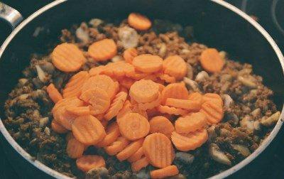 Добавляем морковь и бульон