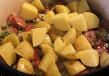 Выкладываем картофель и капусту