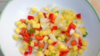 Готовим овощную смесь для форели