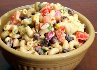 Салат с макаронами и консервированной фасолью