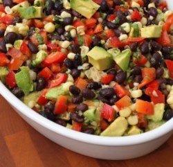 Салат с фасолью, красным перцем и авокадо