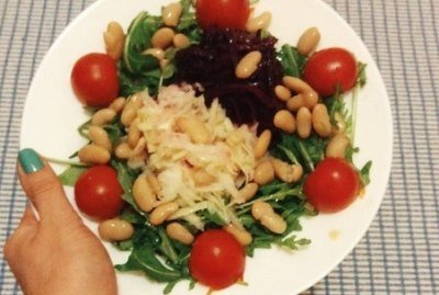 Салат с консервированной фасолью, свеклой и редькой