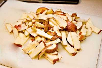 Нарезаем картофель и капусту и ставим варить