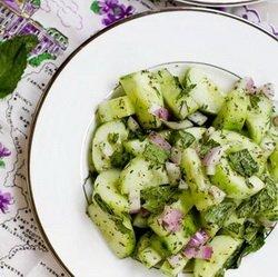 Освежающий салат из огурцов и мяты