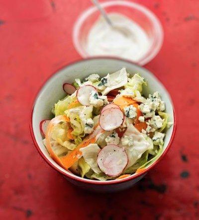 Салат весенний с редисом и голубым сыром