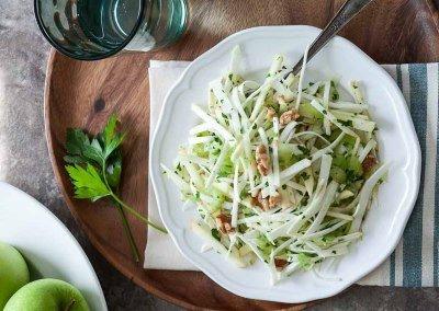 Салат из корневого сельдерея с яблоком и орехами