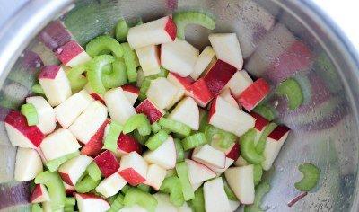 Нарезаем сельдерей и яблоко для салата