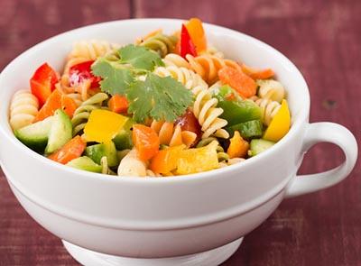 Летний салат с пастой и овощами